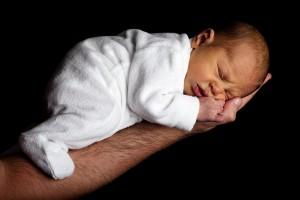 baby-auf-unterarm